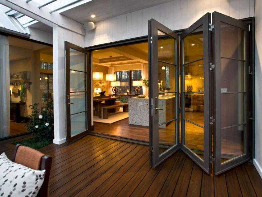 Складные двери состоят из нескольких независимых створок, которые соединены между собой с помощью специальных петель