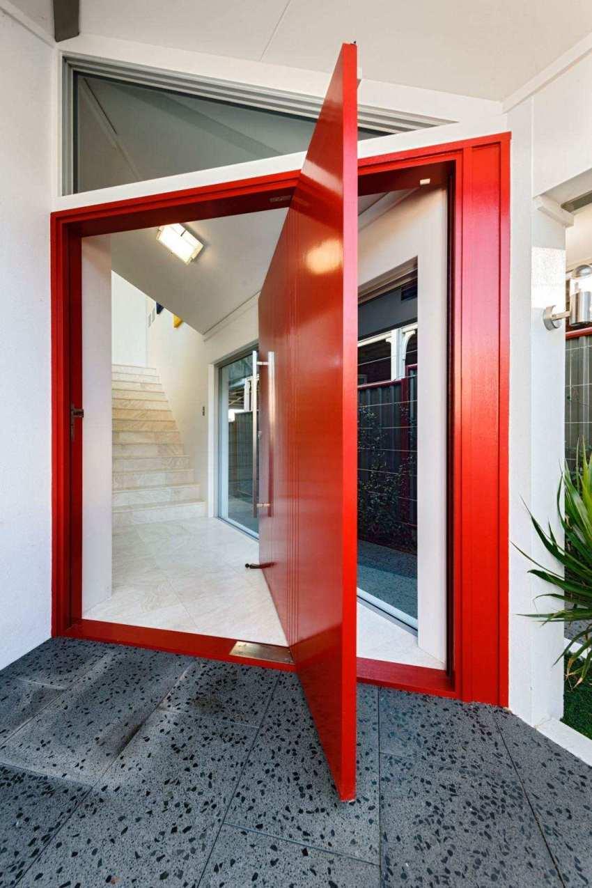 Для окрашивания дверей из пластика следует использовать акриловую краску на водяной основе