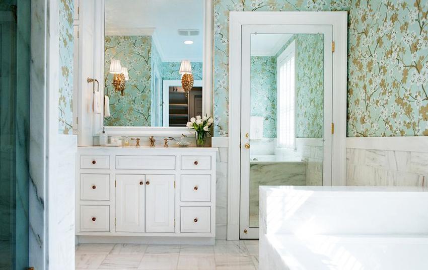 Межкомнатные двери с зеркалом не только визуально расширяют пространство, но и делают комнату светлее