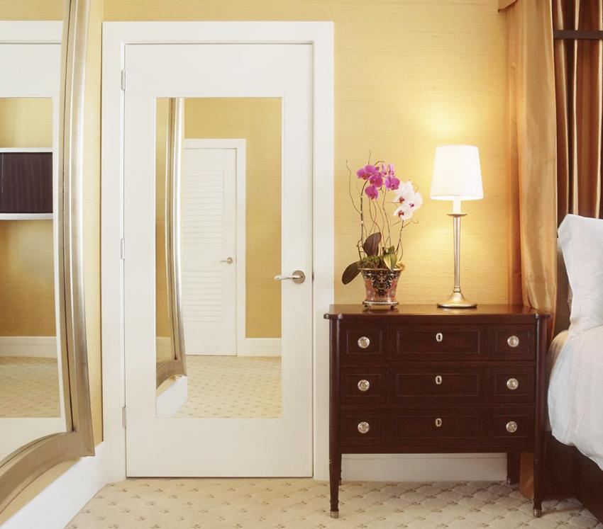 Зеркальная поверхность для межкомнатной двери может быть обычной, тонированной или матовой