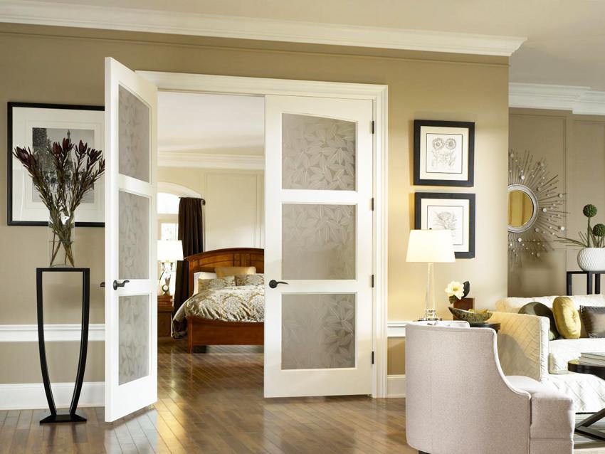 Для спальни и ванной рекомендуется дверь с матовым, тонированным или рифленым стеклом