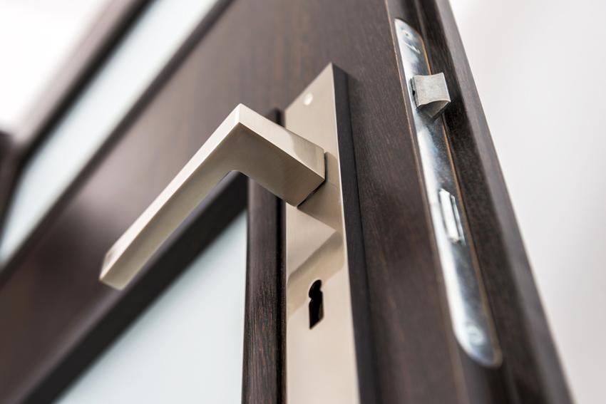 Важным элементом межкомнатной двери является фурнитура: она должна сочетаться со стеклянными вставками