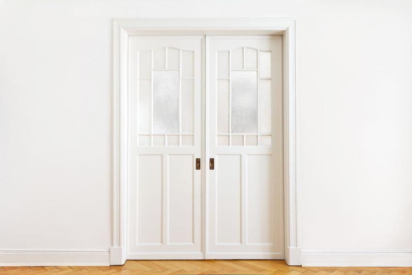 Белая дверь со стеклом - универсальный элемент интерьера, который подходит к практически любому дизайну