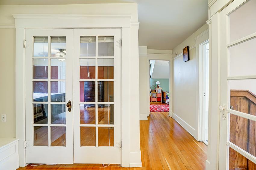 Межкомнатные двери могут быть со стеклянными вставками любых размеров