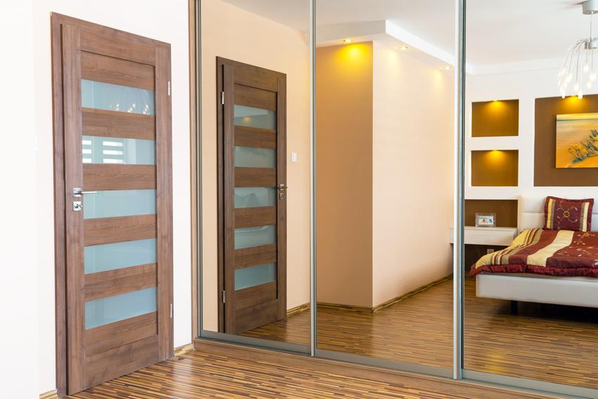 Щитовые двери являются наиболее распространенным типом конструкций благодаря надежности и невысокой цене производства