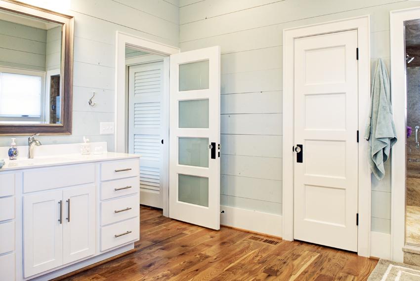 Межкомнатные двери, выполненные из древозаменителей, дешевле и легче конструкций из натурального материала