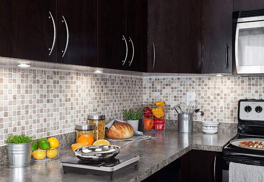 Поверхность плиты может быть изготовлена из эмалированной или нержавеющей стали, стеклокерамики или закаленного стекла