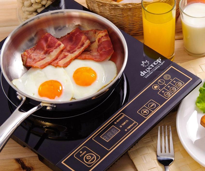 Настольная индукционная плита, отличается от полногабаритных аналогов меньшим количеством конфорок и отсутствием духовки