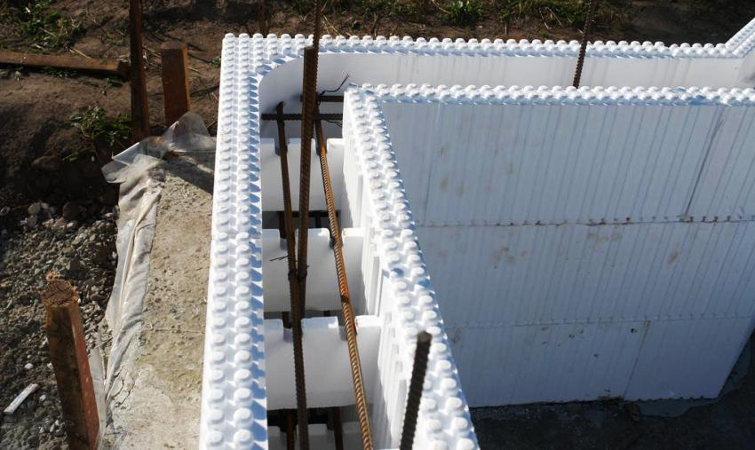 Важный недостаток пенопластовых блоков — это их хрупкость, поэтому работать с ними нужно очень аккуратно