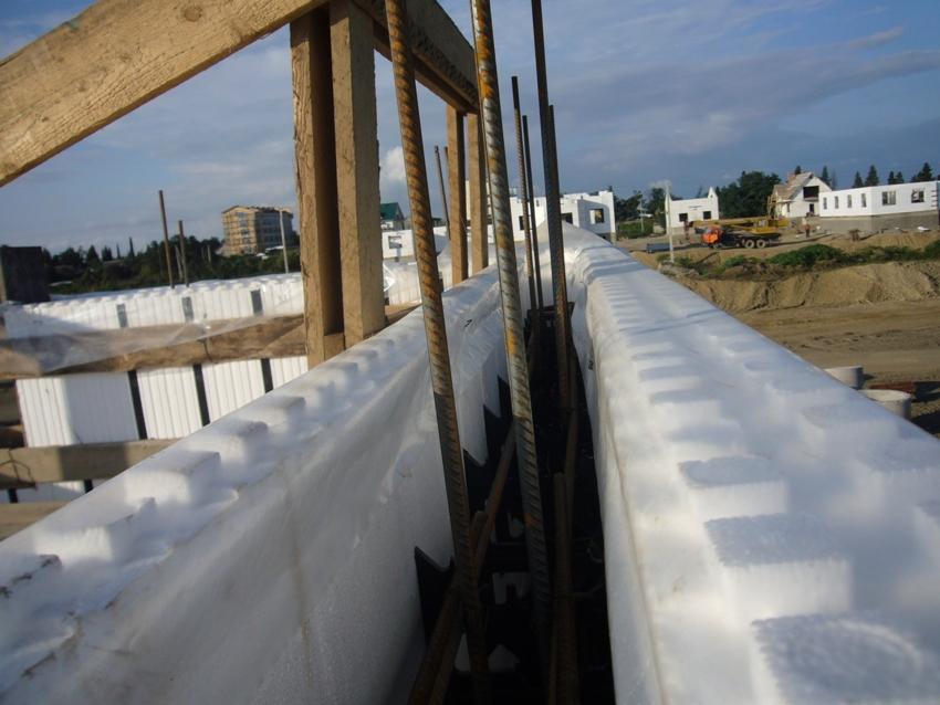 Блоки из пенопласта подразделяются на две большие группы: литые и сборные
