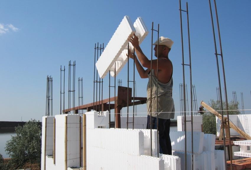 При использовании несъемных блоков из пенополистирола, расходы на организацию фундамента снижаются на треть