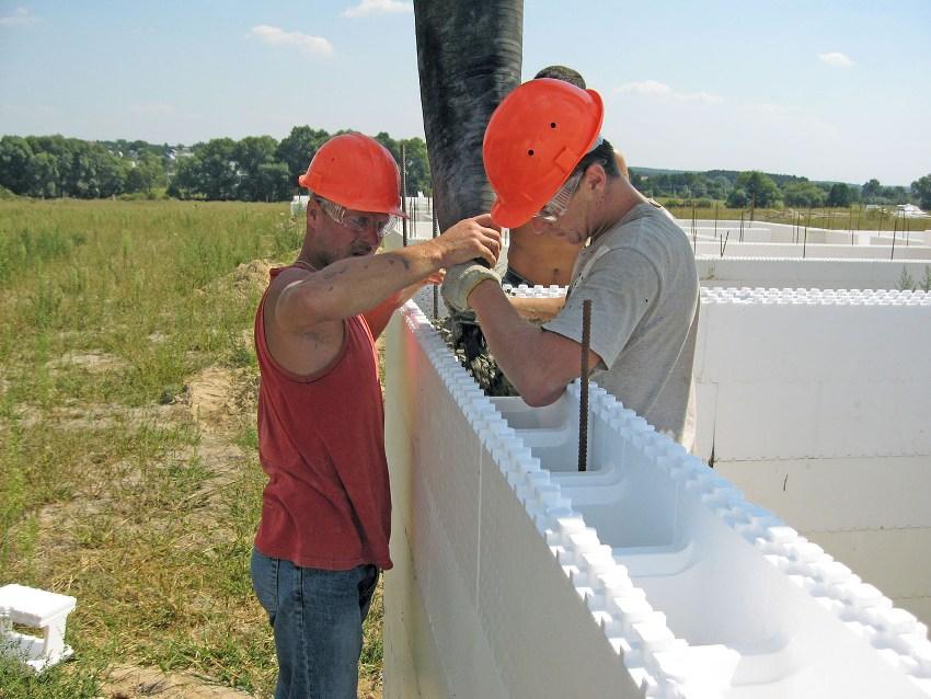 Перед началом заливки опалубки нужно позаботиться о прокладке коммуникаций внутри формирующей конструкции