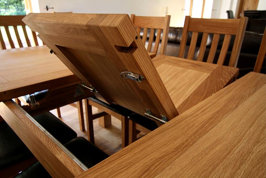 Самые подходящие материалы для раздвижного стола – это дерево, камень и стекло