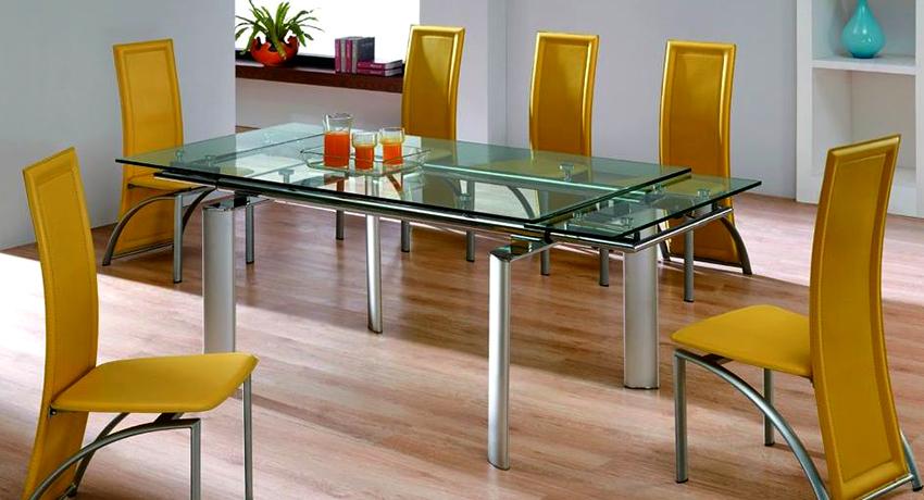 Прямоугольный раздвижной стол можно поставить как в центре помещения, так и возле стены