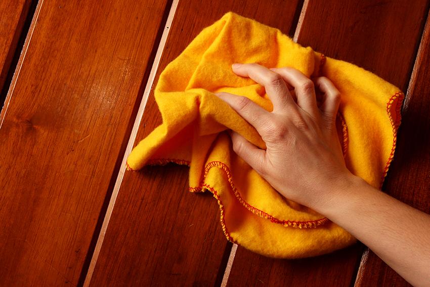Деревянные столы необходимо протирать мыльной водой и вытирать насухо