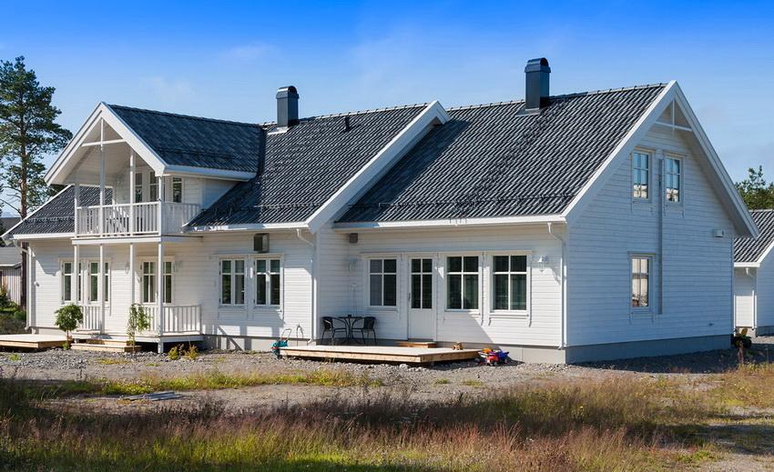 Дом из клееного бруса будет дороже каркасного, но при этом надежнее