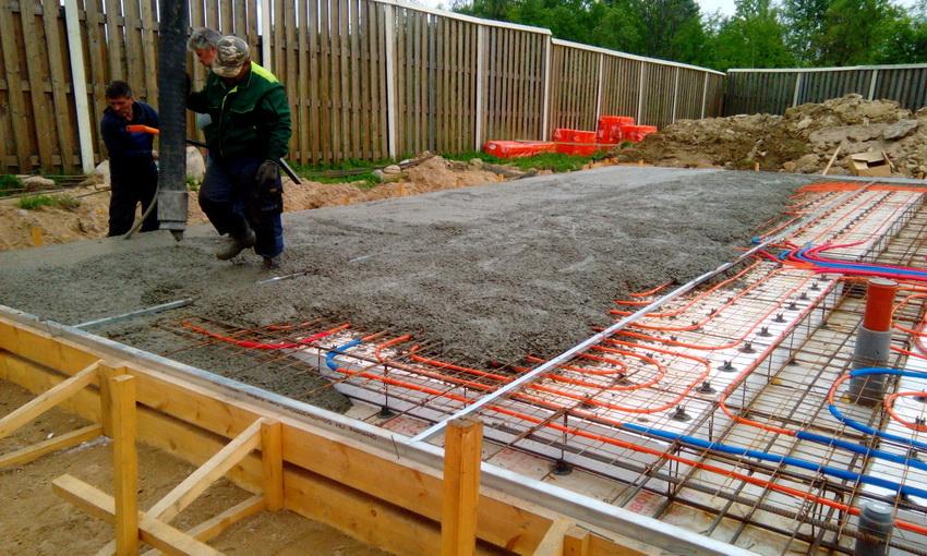 Строительство теплого фундамента обойдется дорого, однако это наилучший вариант если дом предназначен для постоянного проживания