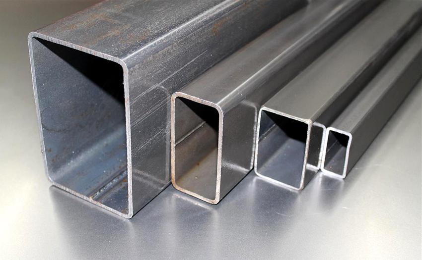 Трубы получают методом холодной формовки округлых изделий прессом и сваркой прямоугольных листов