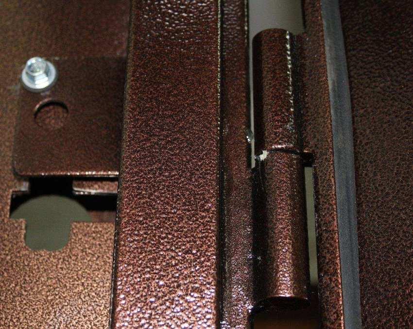 Процесс выравнивания включает в себя настройку петель, смещение которых часто становится причиной провисания дверного полотна