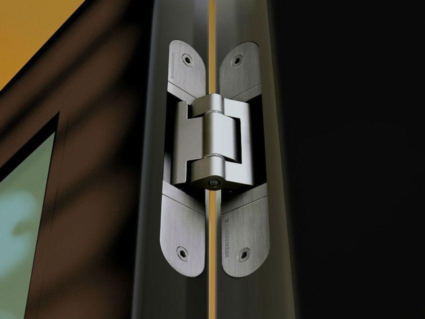 Чтобы получить доступ к винтам петель, регулировка которых будет производиться, нужно максимально широко открыть дверь