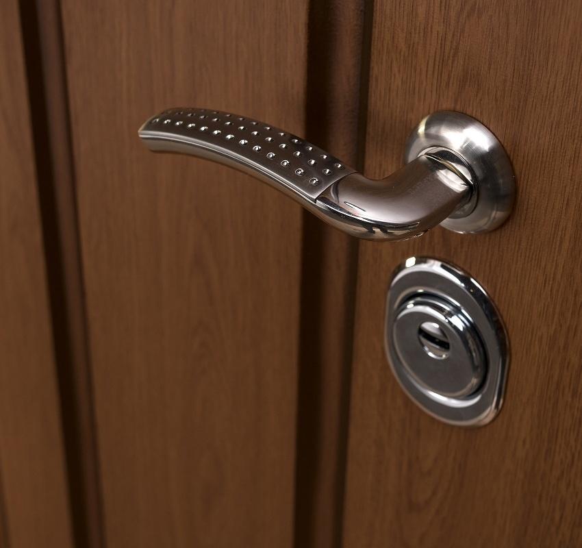При возникновении трудностей при закрывании двери иногда необходимо выполнить ремонт ручки