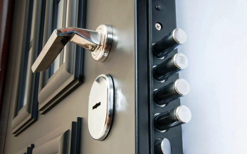 У изделий, изготовленных из мягких сплавов, чаще всего случается статичность язычка дверной ручки