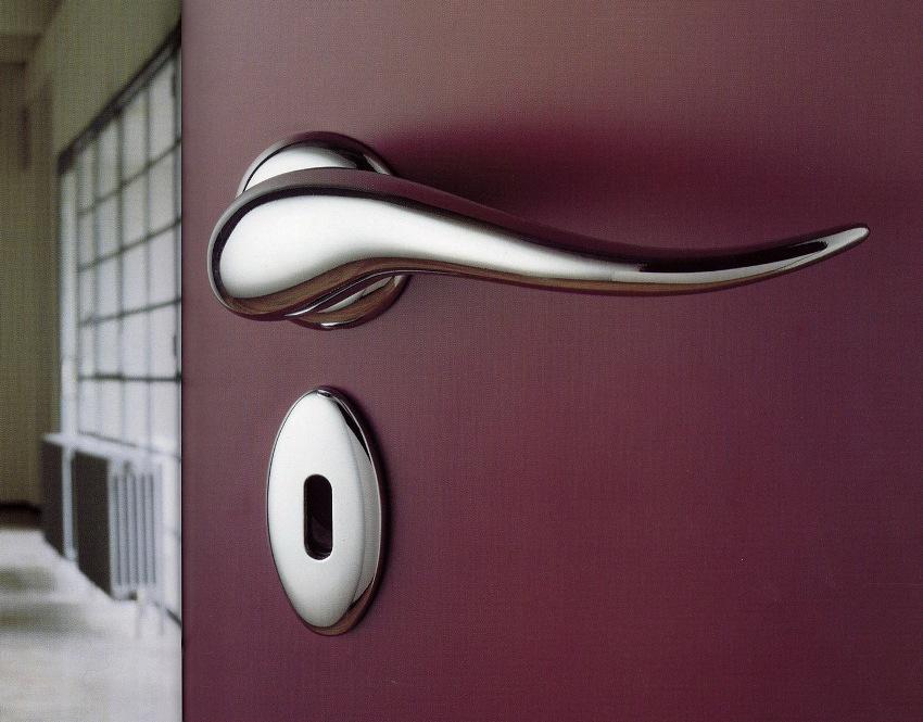 Дверная ручка является одним из наиболее подверженных поломке элементов конструкции