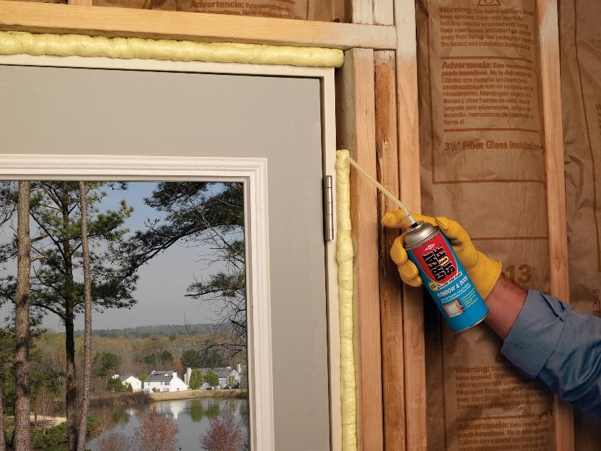 Утепление дверной коробки производится с использованием монтажной пены