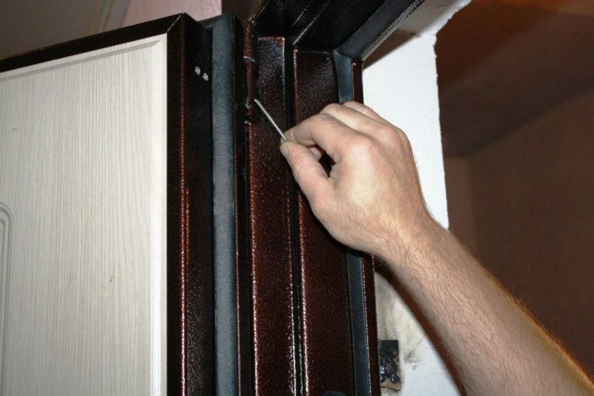 Для проведения ремонта металлической двери в доме нельзя использовать подручные средства