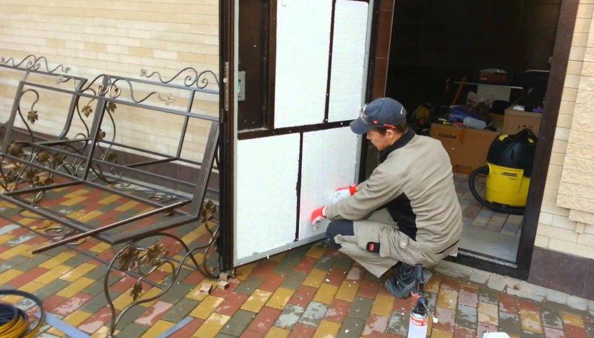 При облицовке металлического полотна необходимо быть внимательными и осторожным
