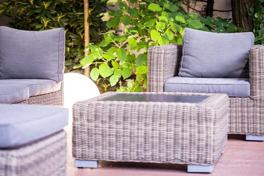 Садовую мебель из искусственного ротанга можно нет только купить, но и сплести самостоятельно