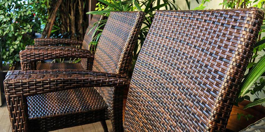 При изготовлении мебели из искусственного ротанга следует обратить внимание на внешние углы: каркас не должен просвечиваться