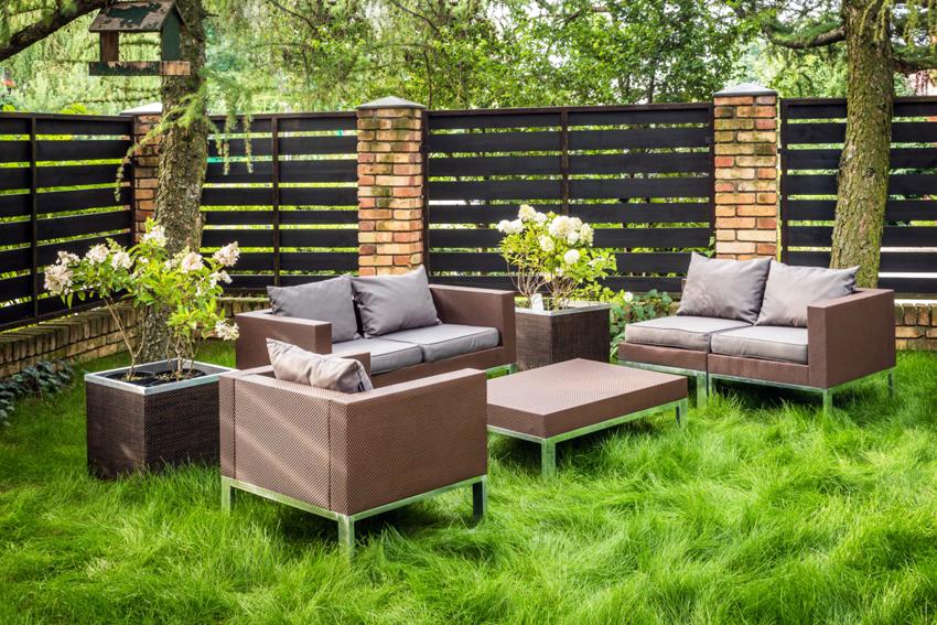Мебель из искусственного ротанга имеет много преимуществ по сравнению с изделиями из натуральной лианы