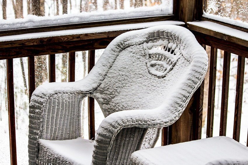 Мебель из искусственного ротанга для сада необязательно на зиму заносить в помещение, ведь такой материал не боится резких передов температур