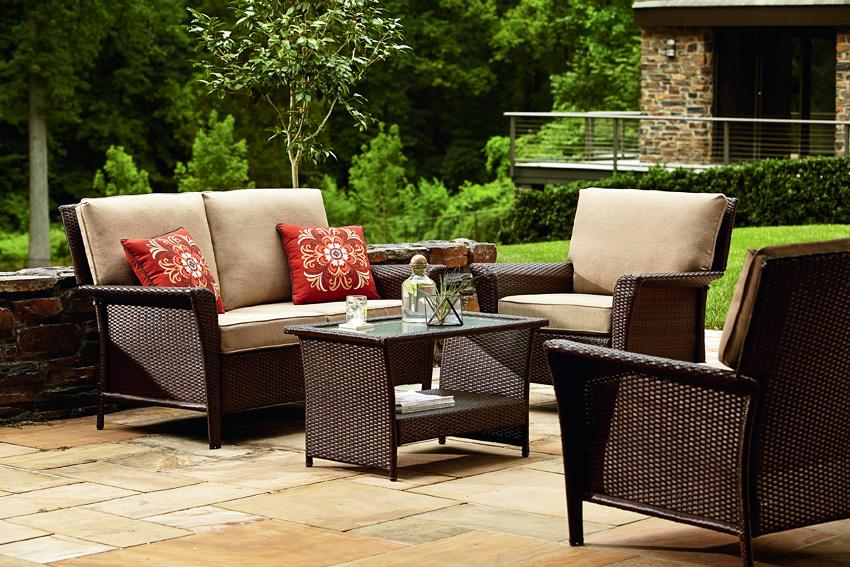 При покупке более дешевой мебели из искусственного ротанга стоит быть готовым к тому, что под воздействием прямых солнечных лучей будет выделяться специфический запах