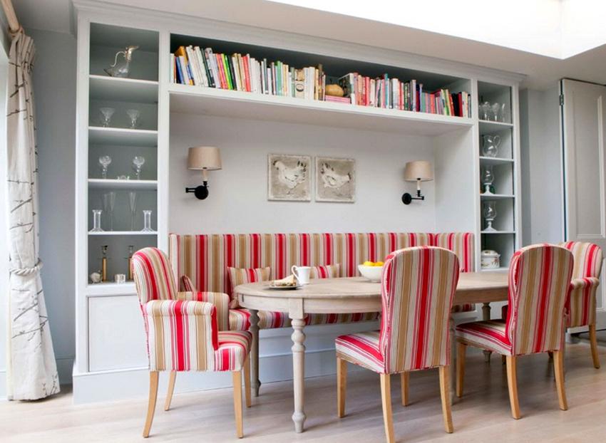 Форму и размер обеденного стола необходимо выбирать исходя из габаритов кухни