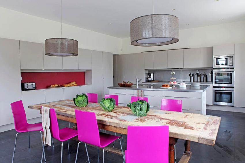 Столы из натуральной древесины практичны и хорошо смотрятся в интерьере кухни