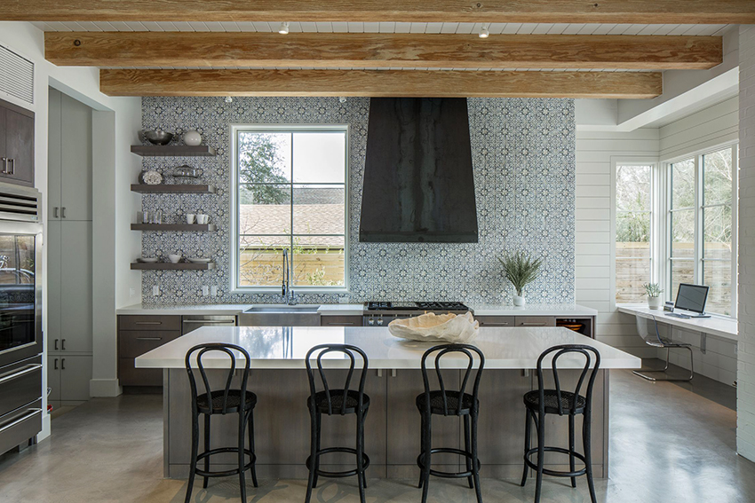 Массивный большой стол со встроенными ящиками – оптимальное решение для большой кухни