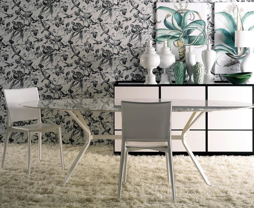 Стеклянные столы смотрятся изящно и стильно, а также визуально расширяют пространство