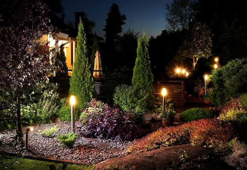 Светильники, установленные на столбах, широко применяют для территорий частных домов
