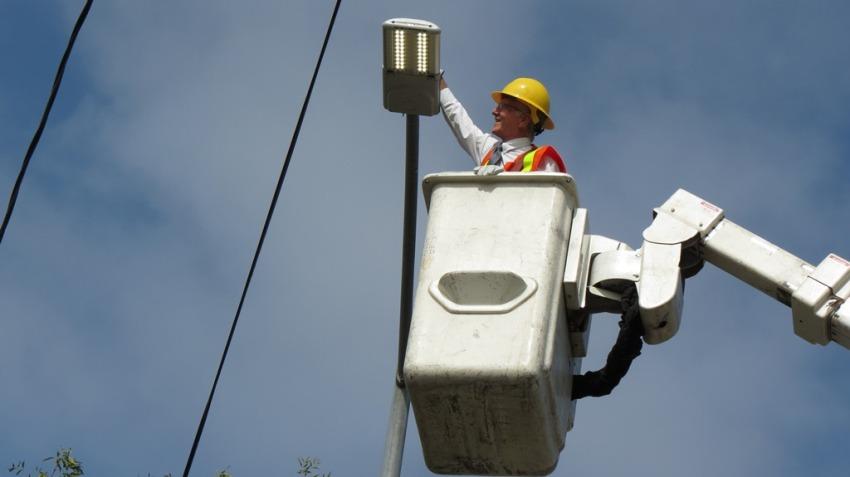 Самыми популярными являются уличные светильники на круглых столбах из оцинкованной стали