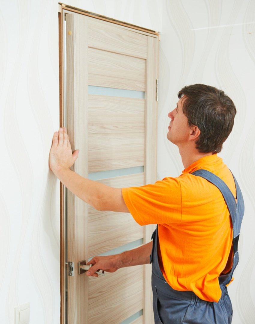 Во время монтажа необходимо проверить зазоры, находящиеся между лудкой и дверью