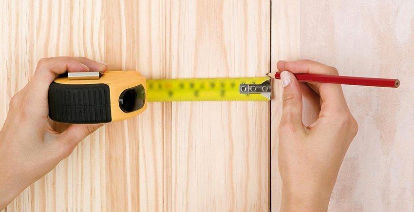 Устанавливая проем в форме буквы «П» необходимо, чтобы зазор между краем полотна и поверхностью двери не превышал 1 мм