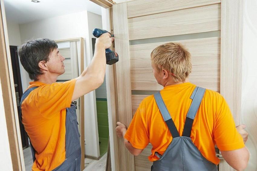 Фиксировать конструкцию дверной коробки можно в вырезы под петли