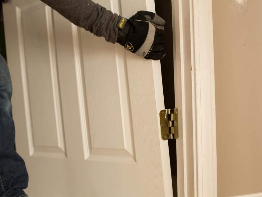 Подпил углов и навешивание петель межкомнатных дверей могут стать проблемой для новичков