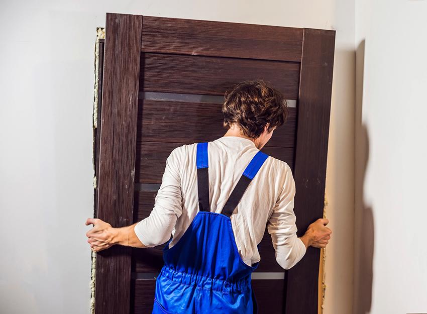 Перед установкой зеркала входную дверь рекомендуется снять и расположить горизонтально