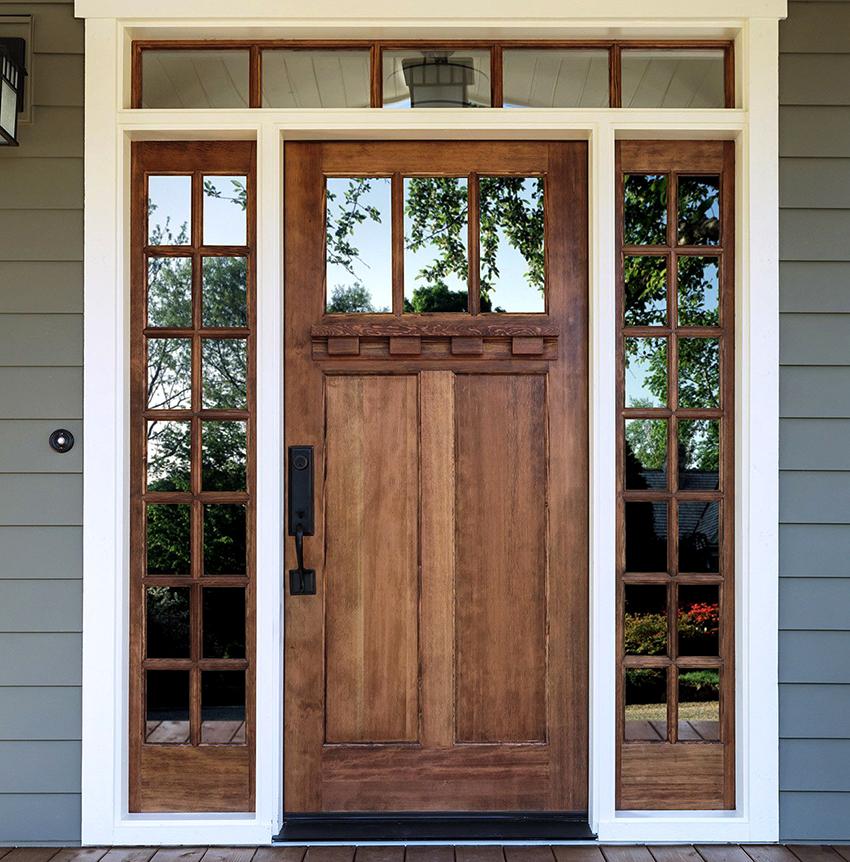 Входные двери со сквозными зеркальными вставками смотрятся очень стильно, но больше подходят для частных домов, а не квартир