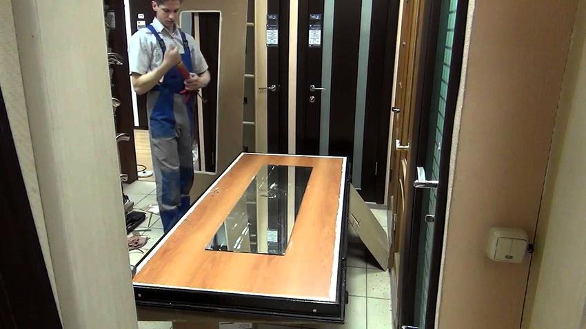 Зеркало для монтажа на дверь должно быть каленое, толщиной до 3 мм