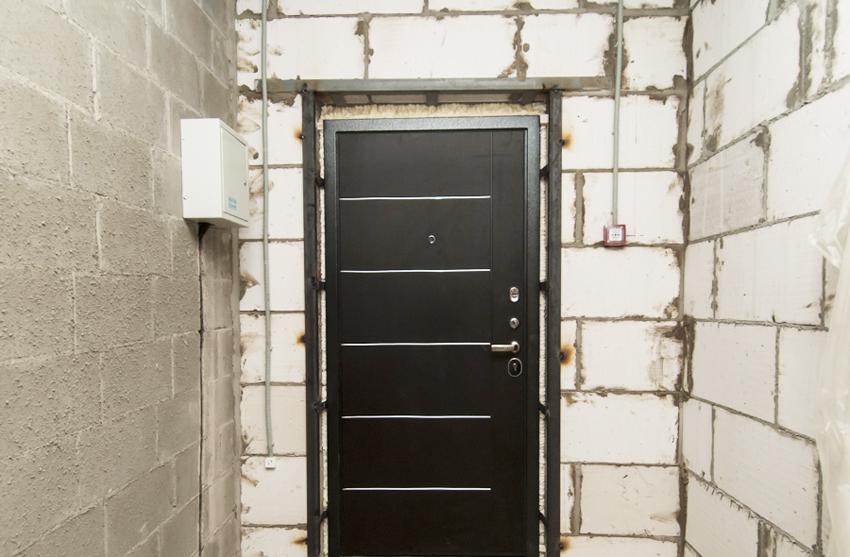 Для фиксации дверной коробки с помощью захватов требуется дополнительная металлическая рама