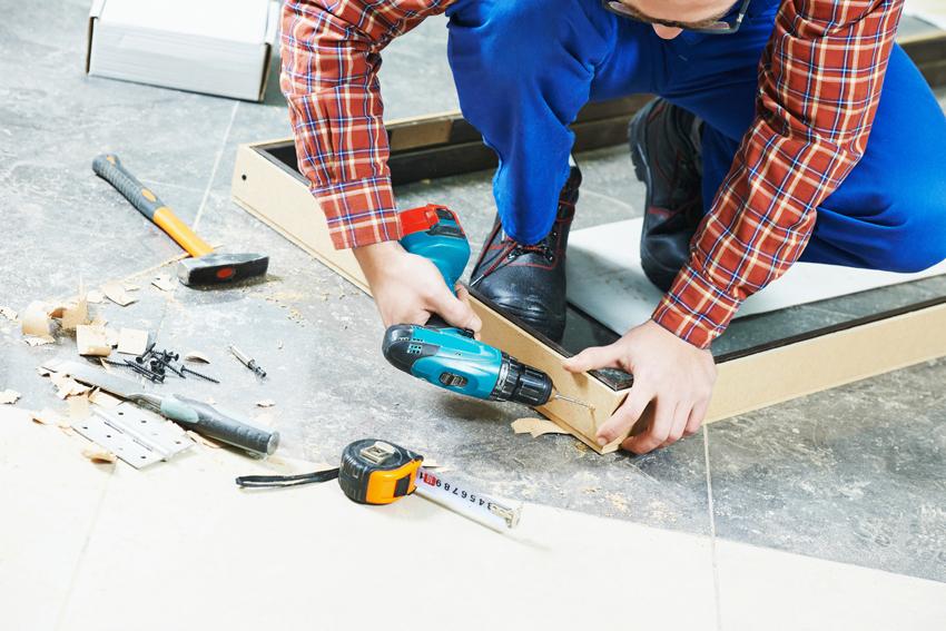 Способы фиксации дверной коробки: через проушины, сквозное отверстие и металлические захваты